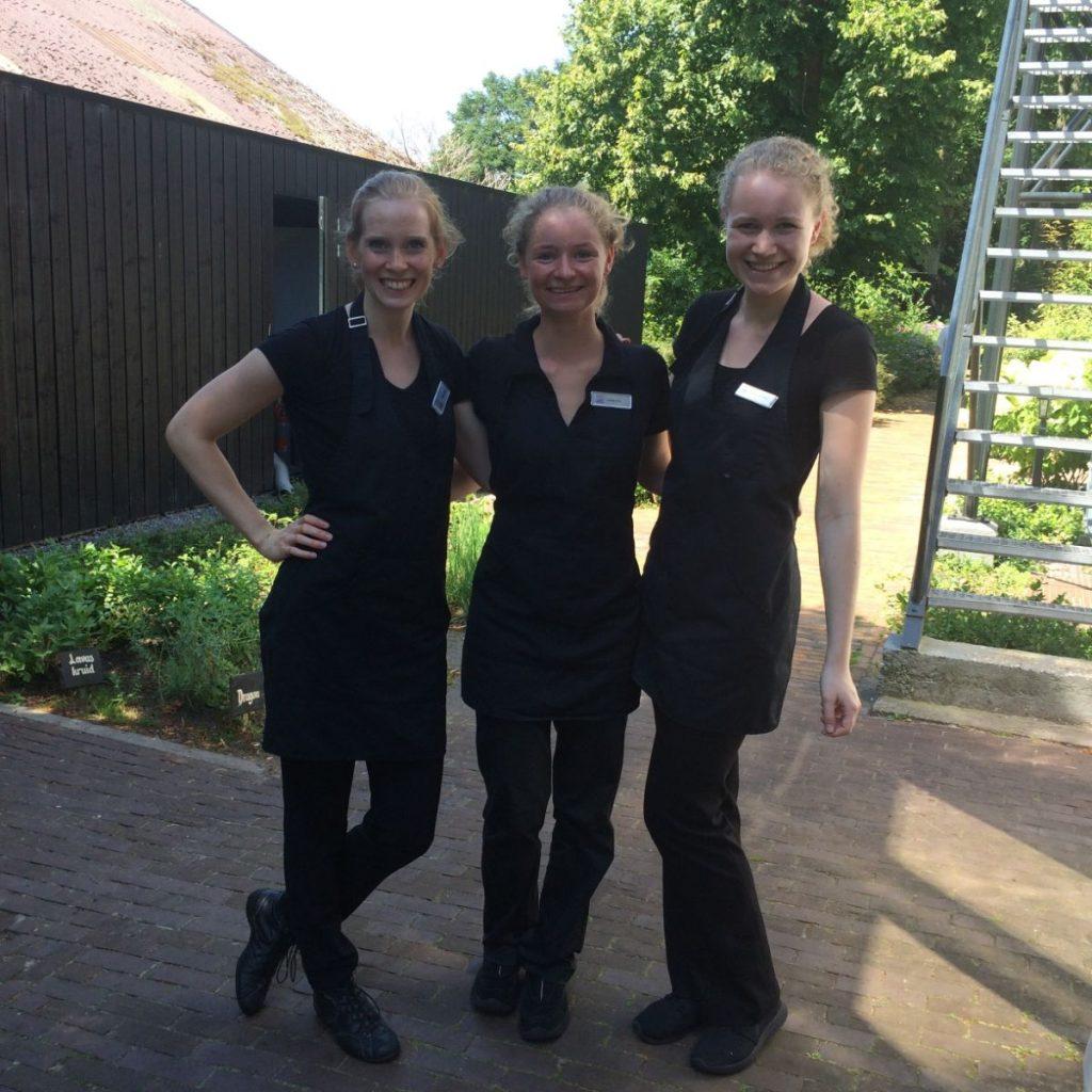 Enthousiaste jonge gastvrouwen, Oldeberkoop 2017